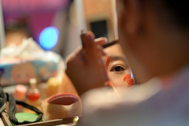 Maquillaje de ópera china en espejo