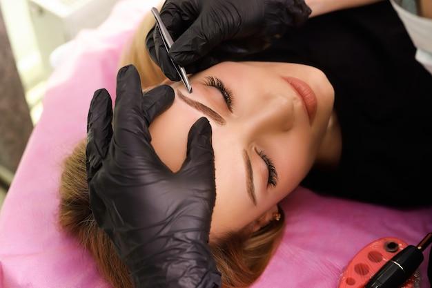 Maquillaje permanente en cejas.