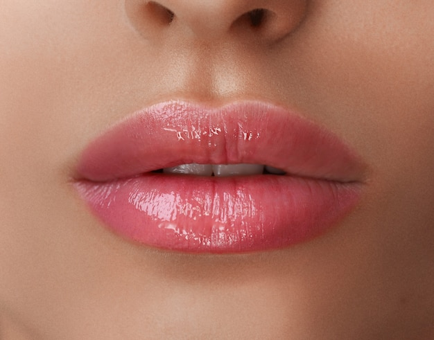 Maquillaje permanente en sus labios.
