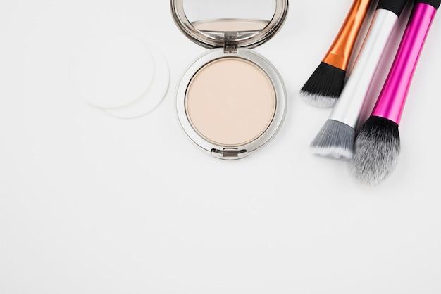 Maquillaje y pinceles en plano