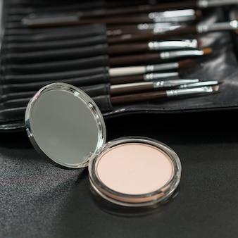 Maquillaje en polvo con juego de pinceles.