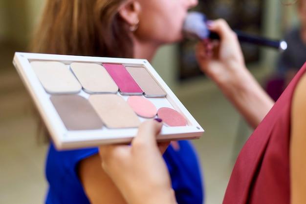 Maquillaje profesional en un estudio de belleza.