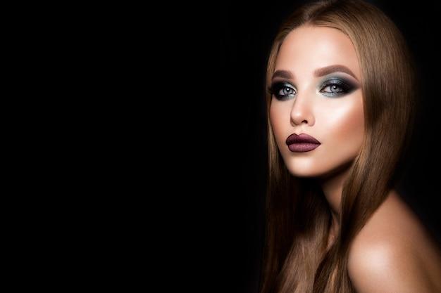 Maquillaje. retrato de glamour de hermosa mujer modelo con maquillaje fresco y peinado romántico.