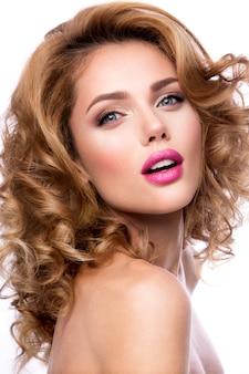 Maquillaje. retrato de glamour de hermosa mujer modelo con maquillaje fresco y romántico peinado ondulado.
