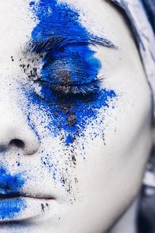 Maquillaje de retrato de niña modelo de moda con polvo de colores.