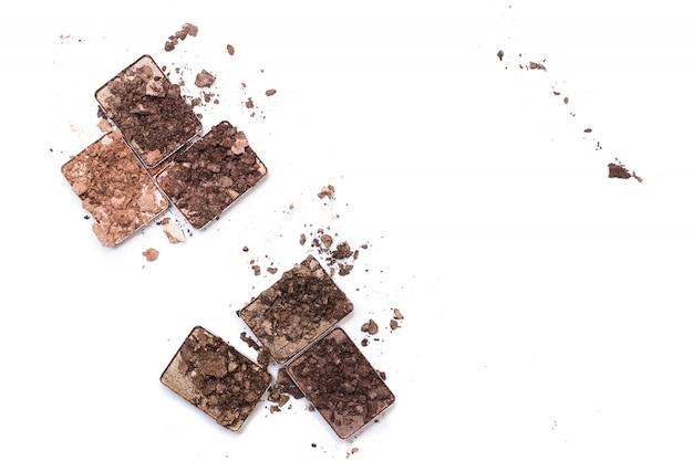 Maquillaje roto y productos cosméticos.