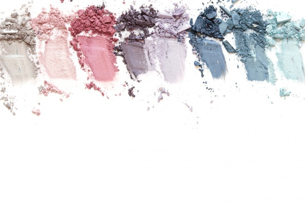 Maquillaje de sombra de ojos machacado conjunto aislado sobre fondo blanco.