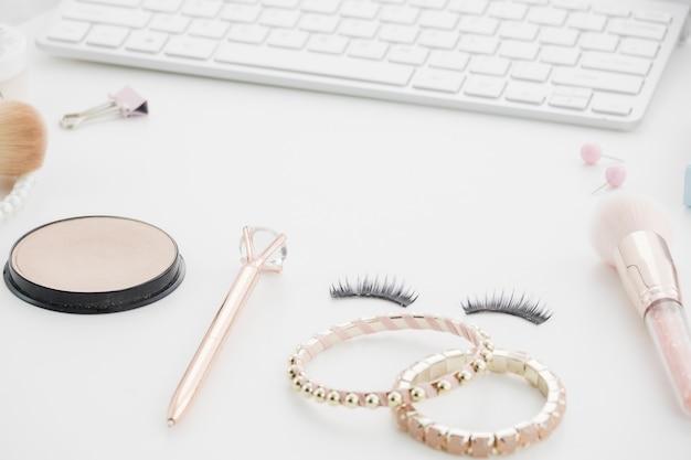 Maquillaje con teclado y accesorios