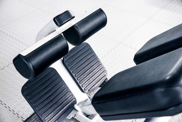 Máquina abdominal dentro de un gimnasio, concepto de fitness