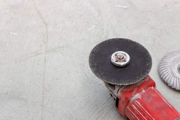 Máquina amoladora de primer plano con rueda de corte