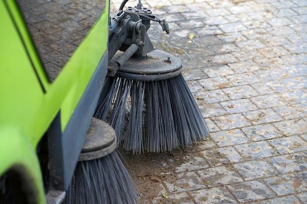 Máquina barredora de calles funcionando. máquina de limpieza de calles.