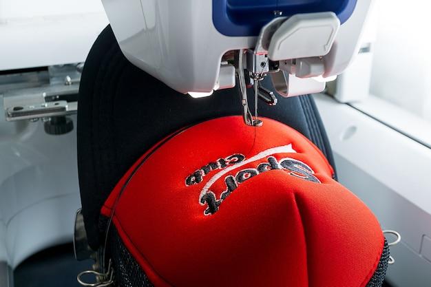 Máquina de bordar y gorra deportiva de cerca la imagen