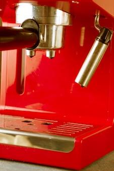 Máquina de café de estilo retro rojo de cerca