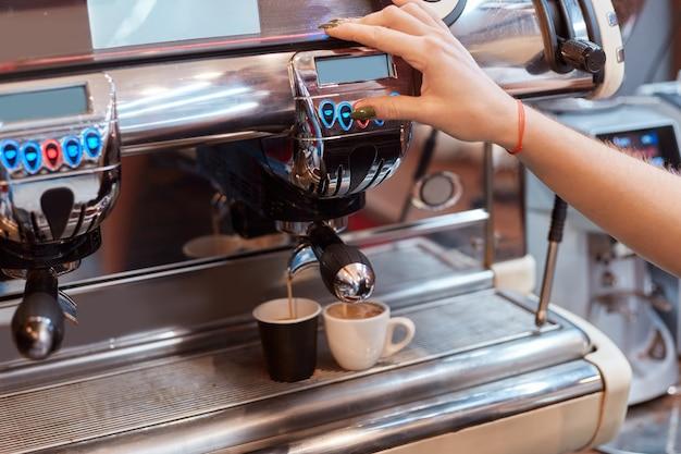 Máquina de café haciendo tazas de café