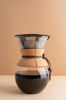 Máquina de café en la mesa