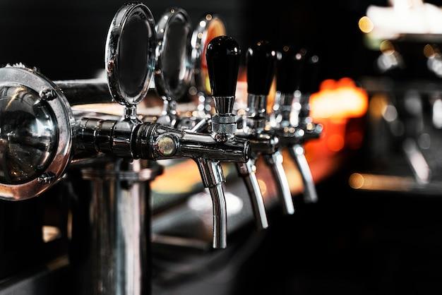 Máquina de cerveza de primer plano en el pub