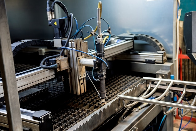 La máquina de corte por láser corta los agujeros en las tuberías.
