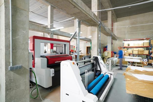 Máquina de corte por láser para la industria de transferencia textil.