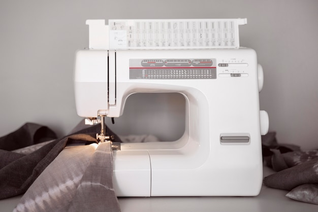 Máquina de coser blanca vista frontal
