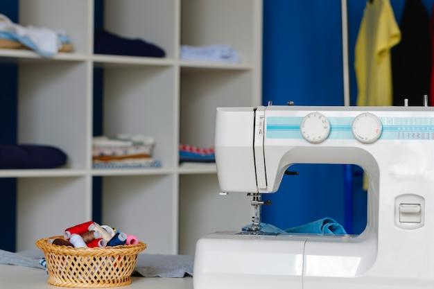 Máquina de coser eléctrica en una oficina de costurera