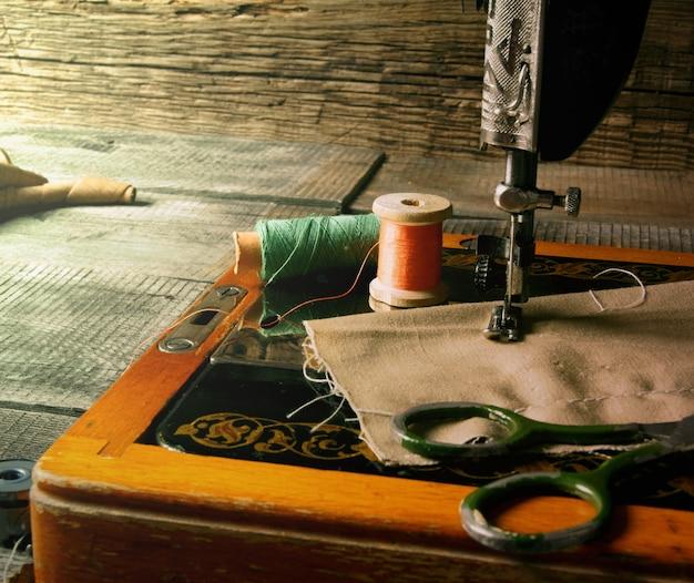 La máquina de coser y las herramientas.