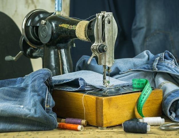 Máquina de coser del pasado con hilo y tijeras.