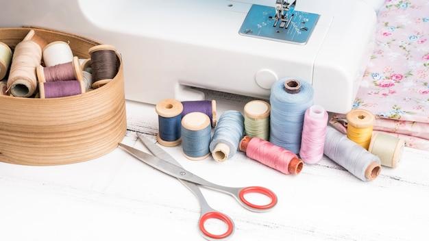 Máquina de coser y suministros con espacio de copia