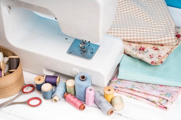 Máquina de coser con suministros y telas.