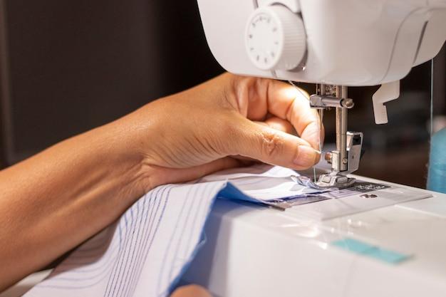 Máquina de coser trabajada por una costurera