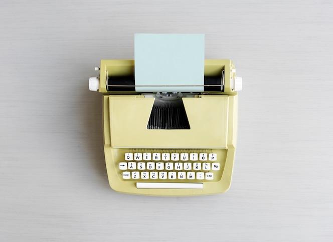 Máquina de escribir retro en la mesa gris