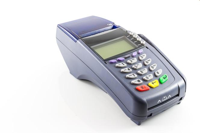 Máquina de lector de tarjetas de crédito en el fondo blanco