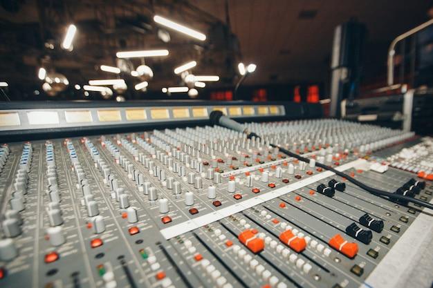 Máquina eléctrica en la mesa de trabajo del diseñador de sonido