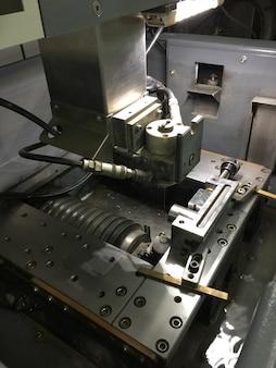 Máquina de electroerosión por hilo de cerca en la máquina industrial