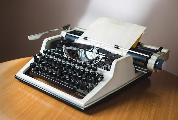 Máquina de escribir antigua retro con hoja de papel, foto de cerca