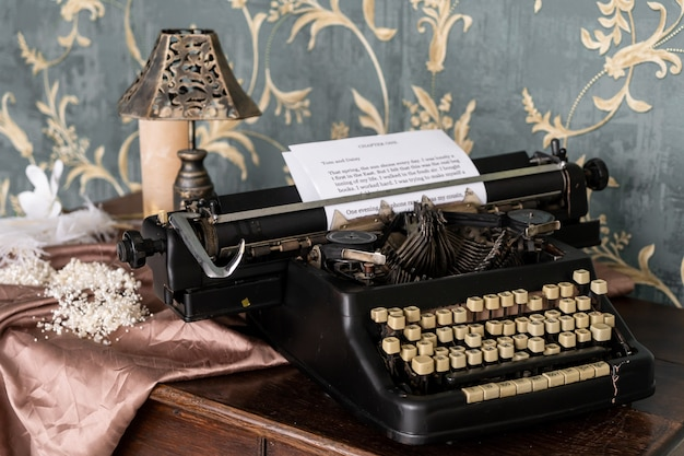Máquina de escribir de estilo antiguo vintage en la mesa retro. interior retro con muebles antiguos y espejo vintege en la pared.