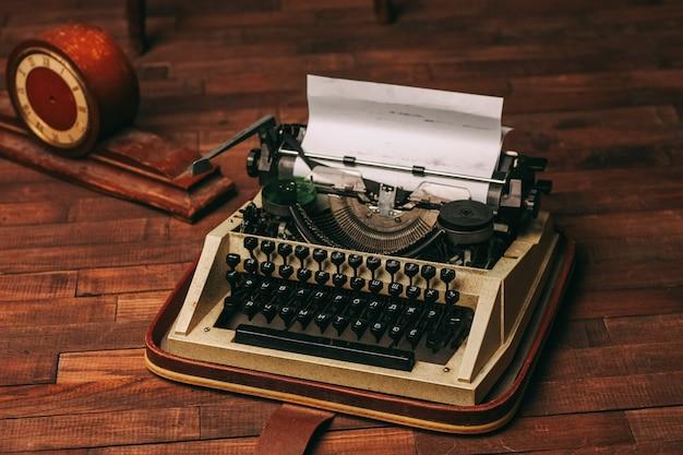 Máquina de escribir estilo retro nostalgia periodista tecnología tecnología madera fondo