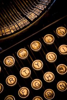 Máquina de escribir de primer plano vertical