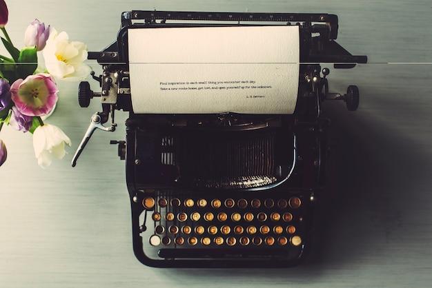 Máquina de escribir retro estilo antiguo de tulips flower