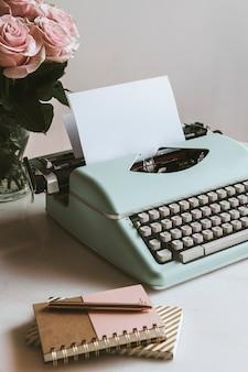 Máquina de escribir retro menta de rosas rosadas