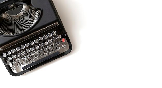 Máquina de escribir retro negro sobre blanco. endecha plana