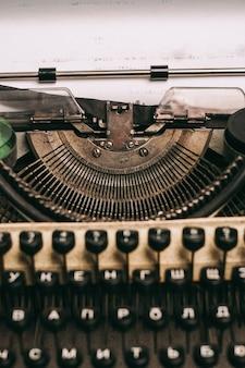 Máquina de escribir retro con teclas de papel de cartas de invención vintage
