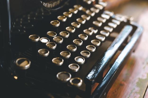 Máquina de escribir retro vintage en tono de color vintage, tradicional y antigua forma de escribir mensajes.