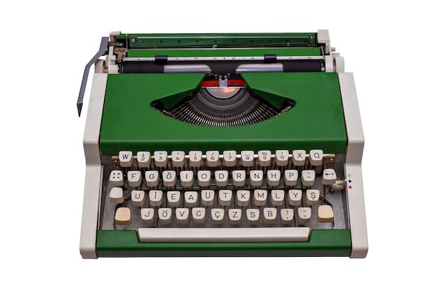 Máquina de escribir verde vintage aislada sobre superficie blanca