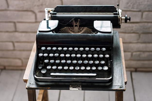 Máquina de escribir vintage en una mesa