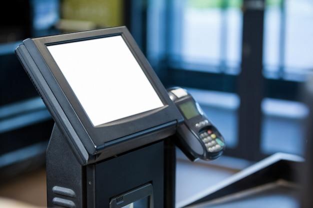 Máquina de facturación y terminal de tarjeta de crédito en el mostrador