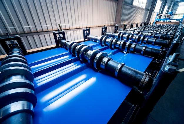 Máquina formadora de chapa en la moderna fábrica de metalistería.