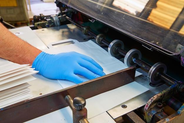 Máquina de impresión flexográfica en una fábrica de impresión.