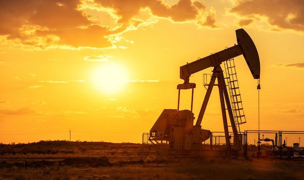 Máquina industrial de energía de la plataforma petrolera de la bomba de aceite para el petróleo en la puesta del sol