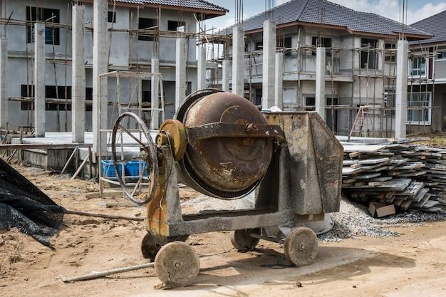 Máquina mezcladora de hormigón de cemento en el nuevo sitio de construcción de edificios de viviendas