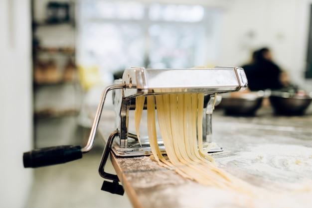 Máquina de pasta con masa closeup, nadie